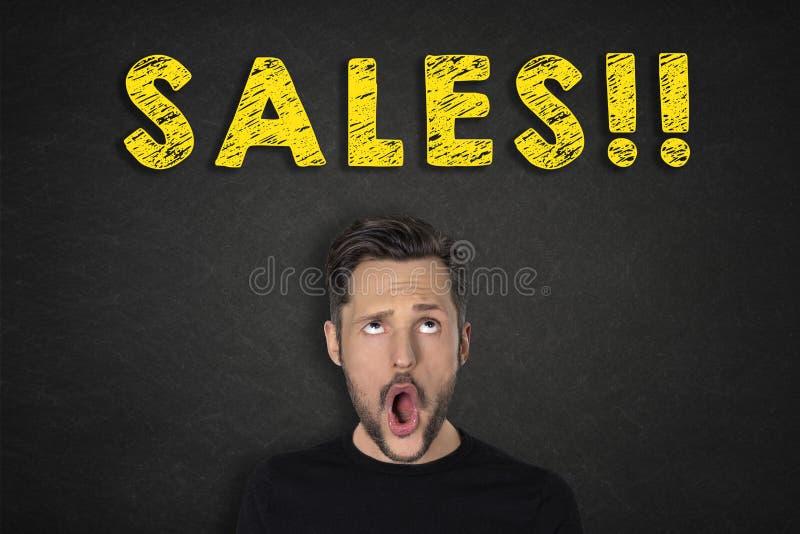 """Πορτρέτο του νεαρού άνδρα με μια έκφραση και τις """"πωλήσεις καταπληκτικής επιτυχίας!!! """"κείμενο στοκ φωτογραφία με δικαίωμα ελεύθερης χρήσης"""