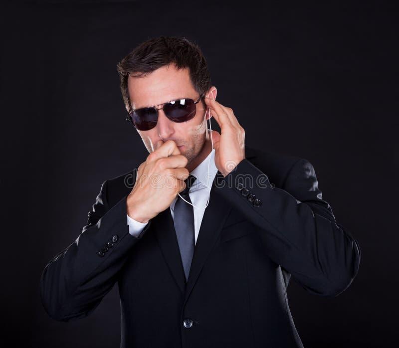 Πορτρέτο του νεαρού άνδρα με το ακουστικό στοκ εικόνα με δικαίωμα ελεύθερης χρήσης