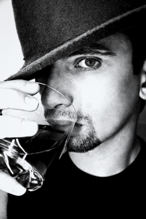 Πορτρέτο του νεαρού άνδρα με το ποτήρι του ουίσκυ στοκ φωτογραφία