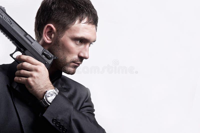 Πορτρέτο του νεαρού άνδρα με το πυροβόλο όπλο στοκ εικόνα με δικαίωμα ελεύθερης χρήσης