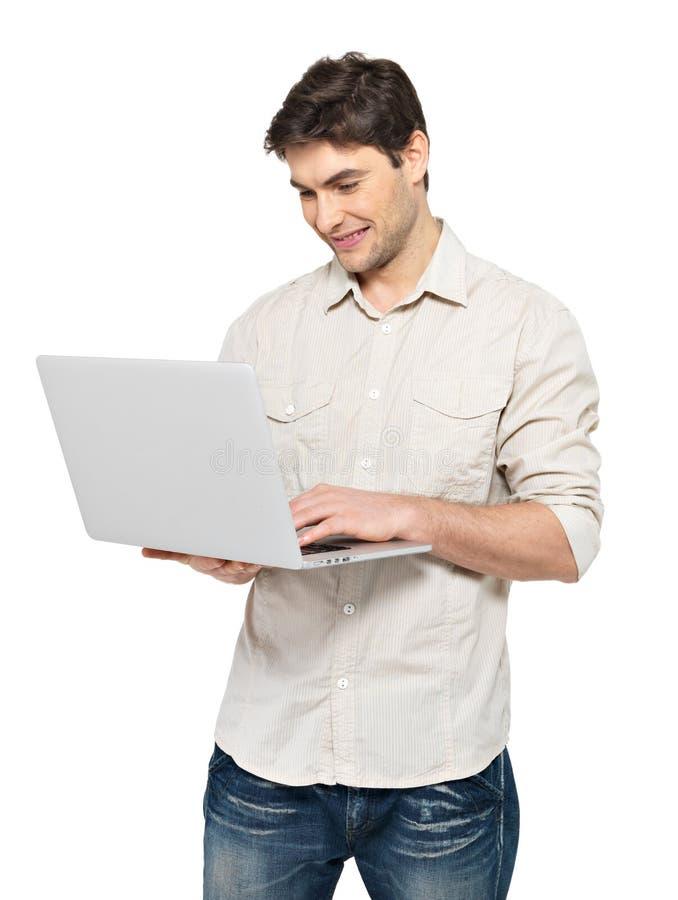 Πορτρέτο του νεαρού άνδρα με το lap-top σε περιστασιακό στοκ φωτογραφίες με δικαίωμα ελεύθερης χρήσης
