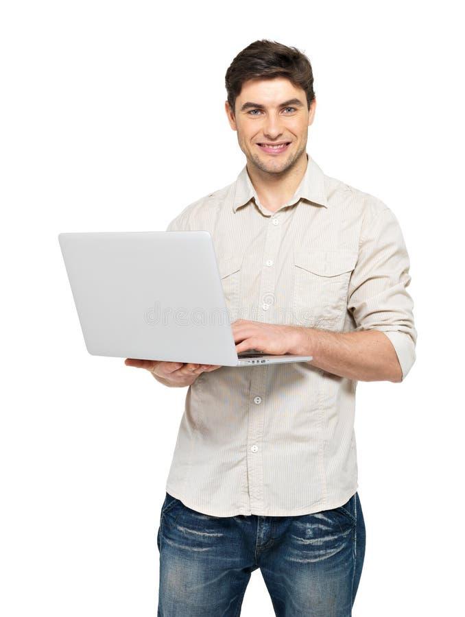 Πορτρέτο του νεαρού άνδρα με το lap-top σε περιστασιακό στοκ φωτογραφία
