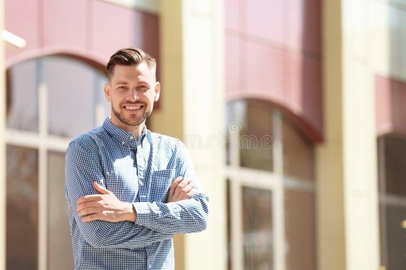 Πορτρέτο του νεαρού άνδρα στη μοντέρνη εξάρτηση στοκ εικόνα