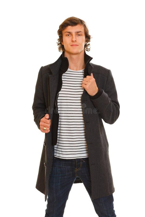 Πορτρέτο του νεαρού άνδρα στο χειμερινό παλτό στοκ φωτογραφία με δικαίωμα ελεύθερης χρήσης