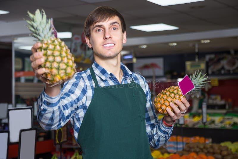 Πορτρέτο του νεαρού άνδρα που εργάζεται στο παντοπωλείο στοκ φωτογραφία με δικαίωμα ελεύθερης χρήσης