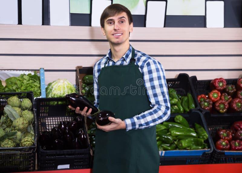 Πορτρέτο του νεαρού άνδρα που εργάζεται στο παντοπωλείο στοκ φωτογραφίες με δικαίωμα ελεύθερης χρήσης