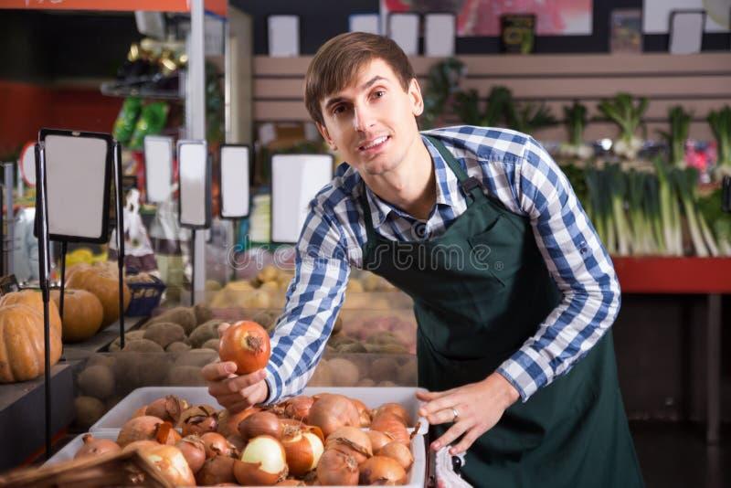 Πορτρέτο του νεαρού άνδρα που εργάζεται στο παντοπωλείο στοκ εικόνες