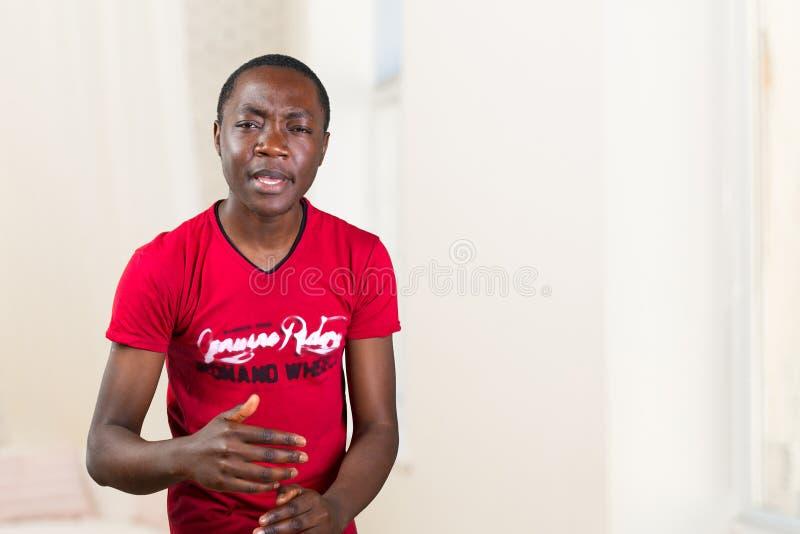 Πορτρέτο του νεαρού άνδρα που ρωτά ποιο είναι το πρόβλημα στοκ φωτογραφίες με δικαίωμα ελεύθερης χρήσης