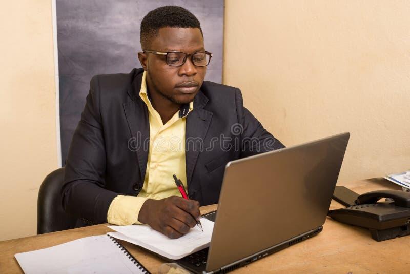 Πορτρέτο του νεαρού στο γραφείο στοκ φωτογραφίες