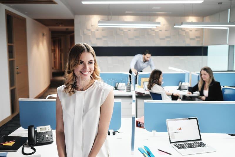 Πορτρέτο του ξανθού διευθυντή επιχειρησιακών γυναικών στο χώρο γραφείου Coworking στοκ φωτογραφίες με δικαίωμα ελεύθερης χρήσης
