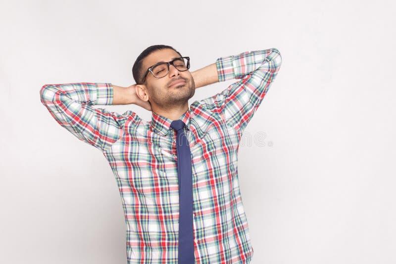 Πορτρέτο του ονειροπόλου όμορφου γενειοφόρου επιχειρηματία στο ελεγμένο shi στοκ φωτογραφία με δικαίωμα ελεύθερης χρήσης