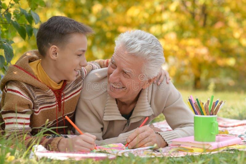 Πορτρέτο του παππού και του σχεδίου εγγονών του στοκ φωτογραφίες με δικαίωμα ελεύθερης χρήσης