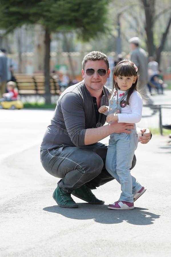 Πορτρέτο του πατέρα και της κόρης στο πάρκο. στοκ φωτογραφίες