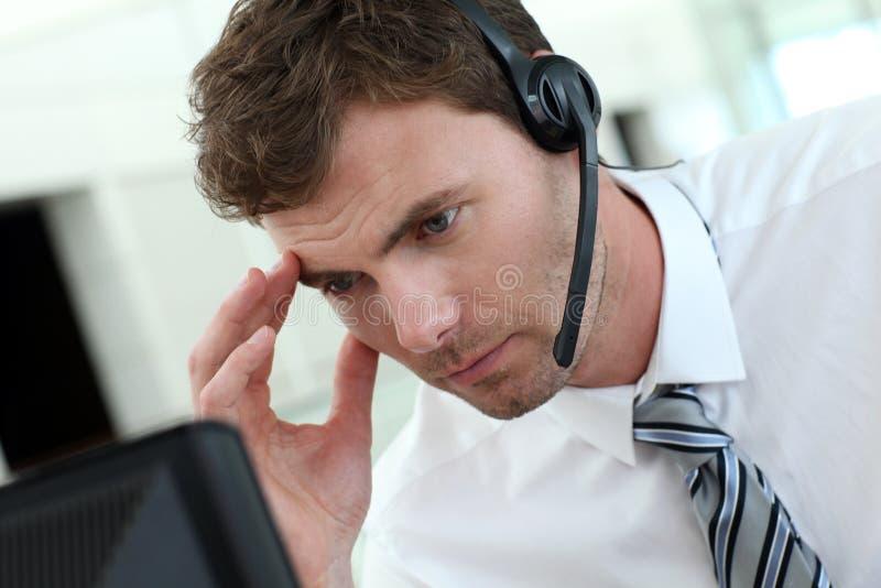 Πορτρέτο του πολυάσχολου επιχειρηματία με την κάσκα στοκ φωτογραφία με δικαίωμα ελεύθερης χρήσης