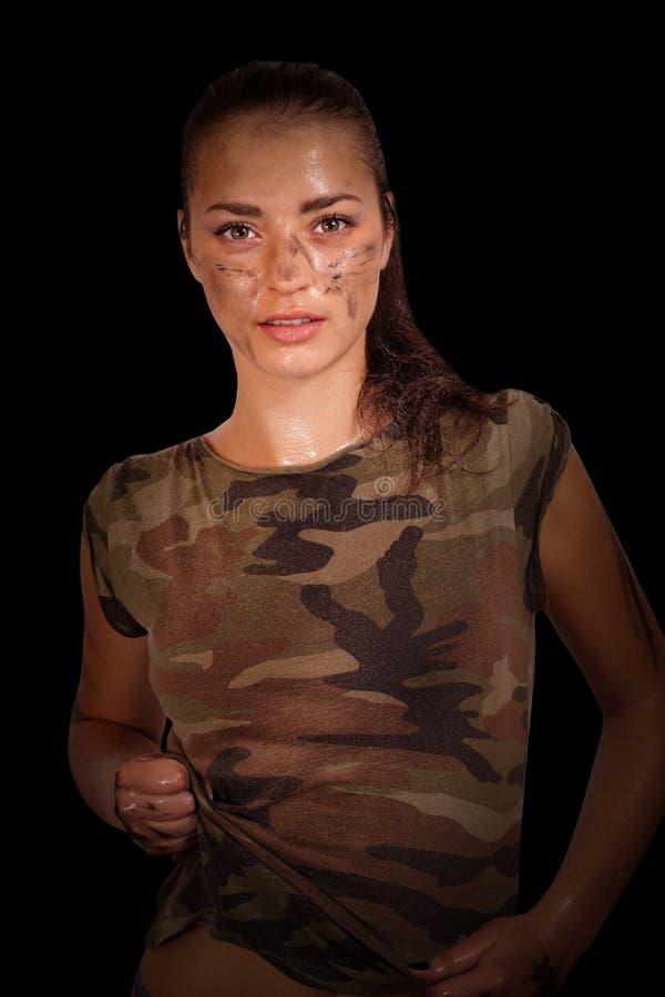 Πορτρέτο του προκλητικού κοριτσιού στα στρατιωτικά ενδύματα στοκ εικόνα με δικαίωμα ελεύθερης χρήσης