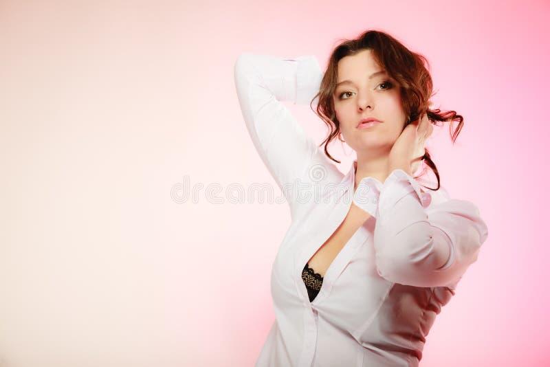 Πορτρέτο του προκλητικού κοριτσιού brunette μακρυμάλλους στο ροζ στοκ φωτογραφία με δικαίωμα ελεύθερης χρήσης