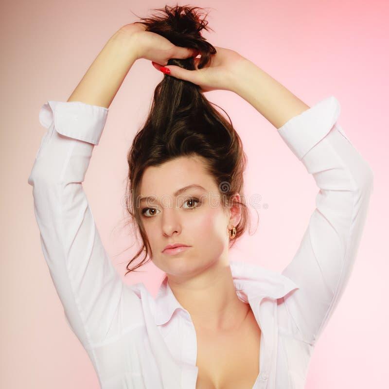 Πορτρέτο του προκλητικού κοριτσιού brunette μακρυμάλλους στο ροζ στοκ εικόνες