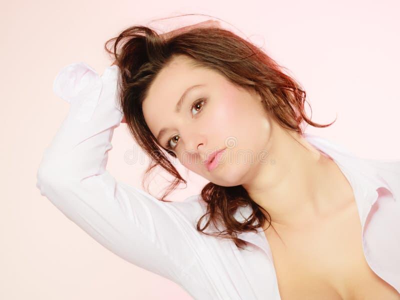 Πορτρέτο του προκλητικού κοριτσιού brunette μακρυμάλλους στο ροζ στοκ εικόνα με δικαίωμα ελεύθερης χρήσης