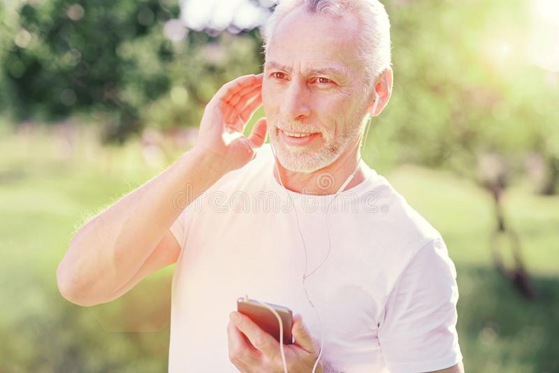 Πορτρέτο του προσεκτικού ατόμου που ακούει τη μουσική στοκ φωτογραφία