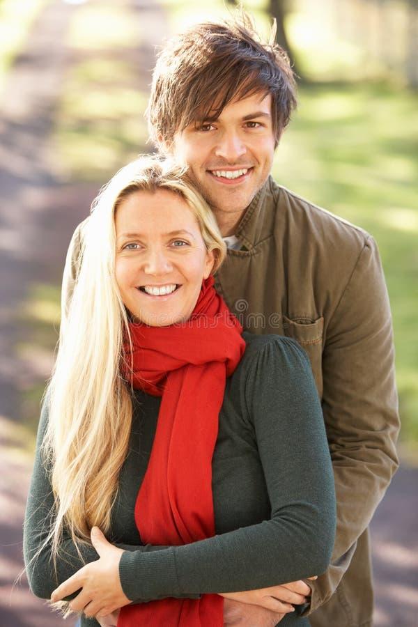 Πορτρέτο του ρομαντικού νέου ζεύγους στο πάρκο φθινοπώρου στοκ εικόνα