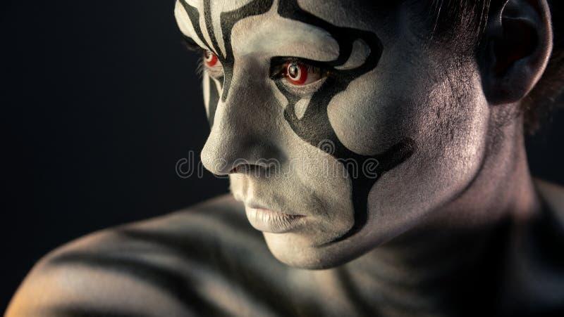 Πορτρέτο του σγουρού κοριτσιού με την τέχνη makeup στοκ εικόνες