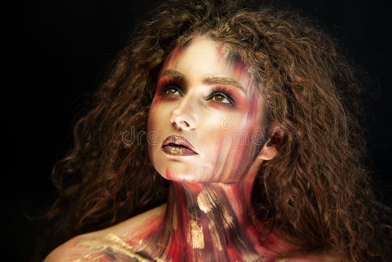 Πορτρέτο του σγουρού κοριτσιού με την τέχνη makeup στοκ εικόνες με δικαίωμα ελεύθερης χρήσης