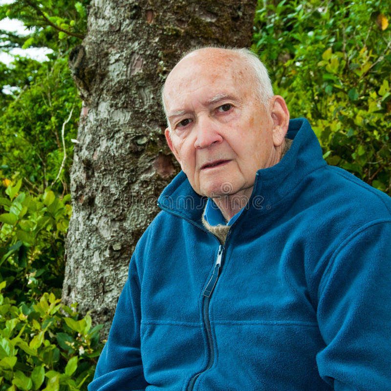 Πορτρέτο του σοβαρού ανώτερου ατόμου υπαίθρια στο δάσος στοκ φωτογραφίες με δικαίωμα ελεύθερης χρήσης