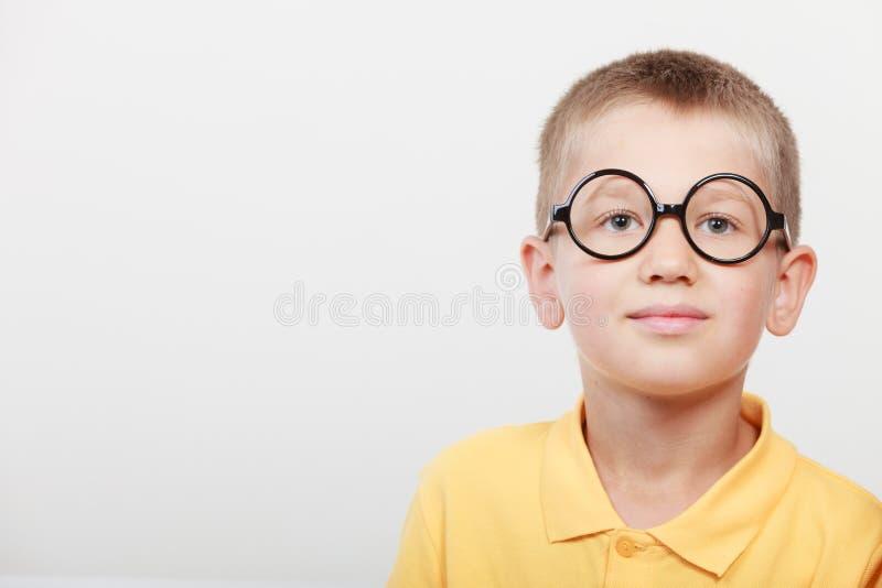 Πορτρέτο του σοβαρού μικρού παιδιού παιδιών στα γυαλιά στοκ φωτογραφίες με δικαίωμα ελεύθερης χρήσης
