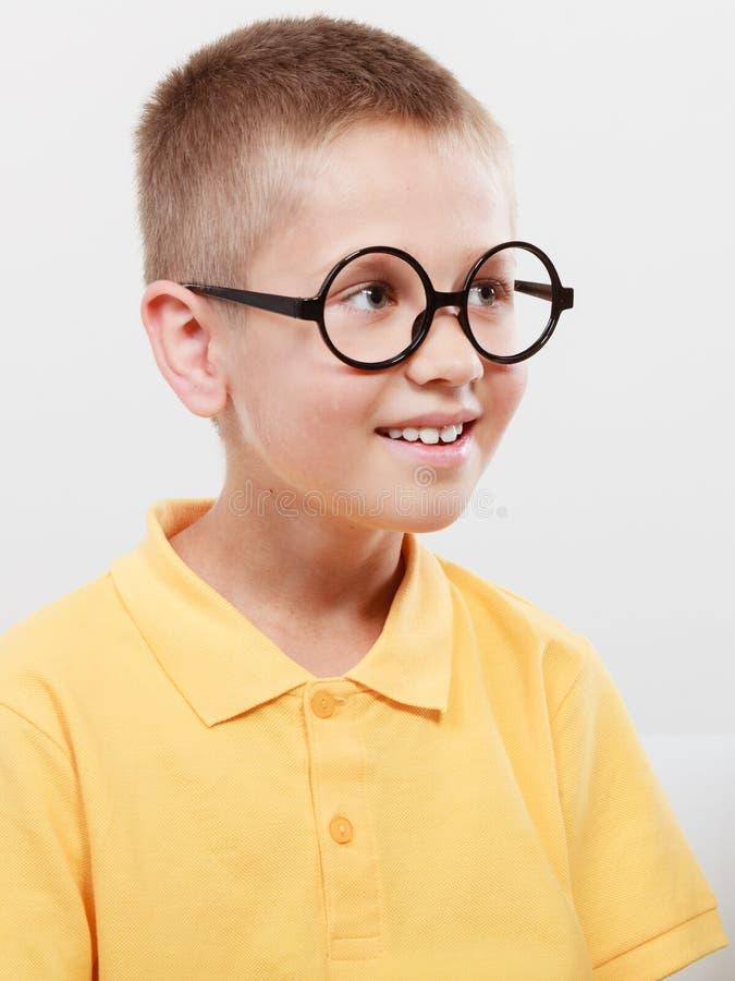 Πορτρέτο του σοβαρού μικρού παιδιού παιδιών στα γυαλιά στοκ εικόνες