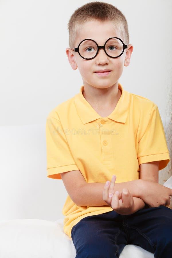 Πορτρέτο του σοβαρού μικρού παιδιού παιδιών στα γυαλιά στοκ εικόνα με δικαίωμα ελεύθερης χρήσης