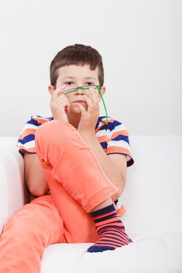 Πορτρέτο του σοβαρού μικρού παιδιού παιδιών στοκ εικόνες