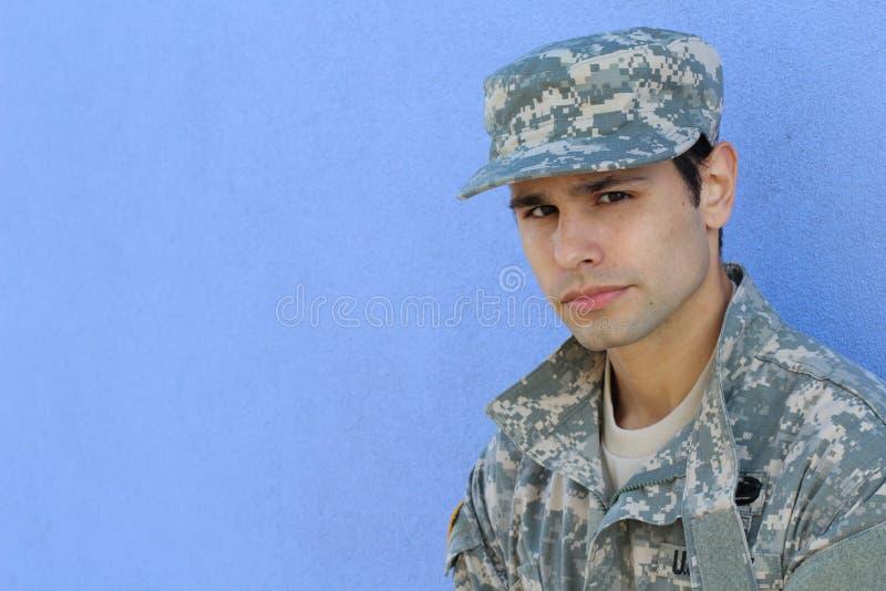 Πορτρέτο του σοβαρού solider που φορά το καπέλο με το διάστημα αντιγράφων στοκ εικόνα