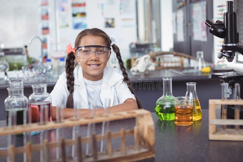 Πορτρέτο του στοιχειώδους σπουδαστή που φορά προστατευτικό eyewear στο εργαστήριο στοκ φωτογραφία