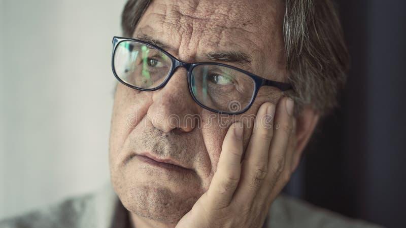 Πορτρέτο του στοχαστικού ανώτερου ατόμου στοκ φωτογραφία με δικαίωμα ελεύθερης χρήσης