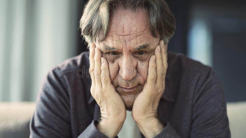 Πορτρέτο του στοχαστικού ανώτερου ατόμου στοκ εικόνες