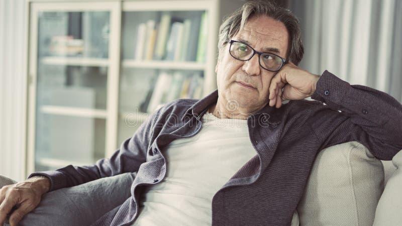 Πορτρέτο του στοχαστικού ανώτερου ατόμου στοκ φωτογραφίες