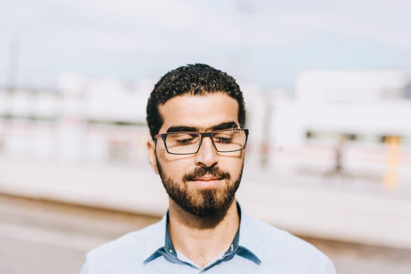 Πορτρέτο του στοχαστικού συριακού ατόμου με τις προσοχές του ιδιαίτερες στοκ φωτογραφία με δικαίωμα ελεύθερης χρήσης