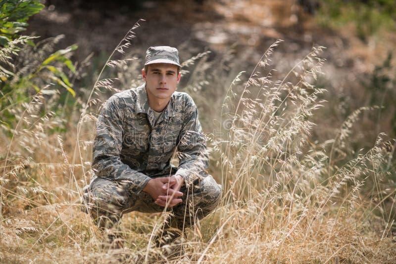 Πορτρέτο του στρατιωτικού σκυψίματος στρατιωτών στη χλόη στοκ φωτογραφίες με δικαίωμα ελεύθερης χρήσης