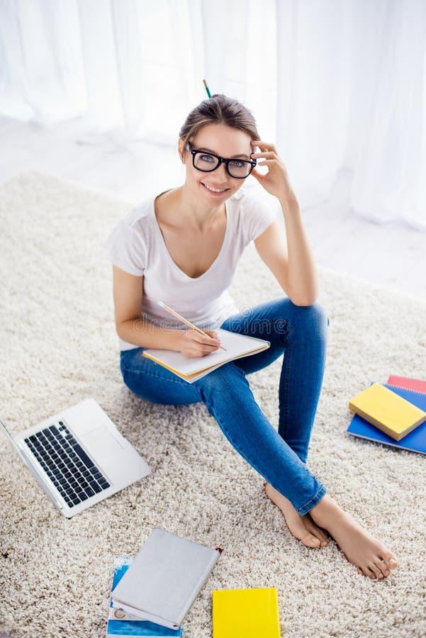 Πορτρέτο του συγκεντρωμένου όμορφου χαριτωμένου ονειρεμένος κοριτσιού s σπουδαστών στοκ φωτογραφία με δικαίωμα ελεύθερης χρήσης