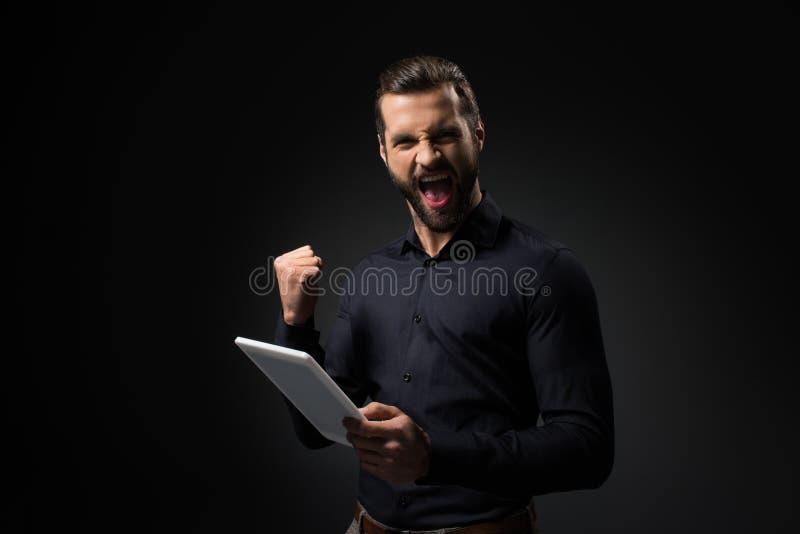 πορτρέτο του συγκινημένου ατόμου με την ψηφιακή ταμπλέτα στοκ εικόνες με δικαίωμα ελεύθερης χρήσης