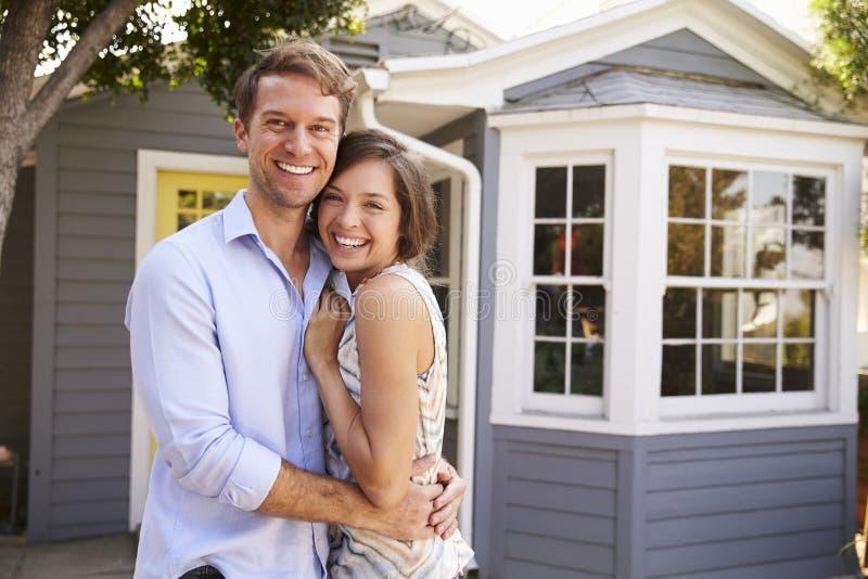 Πορτρέτο του συγκινημένου ζεύγους που στέκεται έξω από το νέο σπίτι στοκ φωτογραφία με δικαίωμα ελεύθερης χρήσης