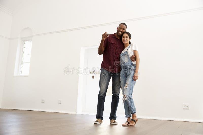 Πορτρέτο του συγκινημένου νέου ζεύγους που κινείται στο νέο σπίτι από κοινού στοκ φωτογραφία με δικαίωμα ελεύθερης χρήσης