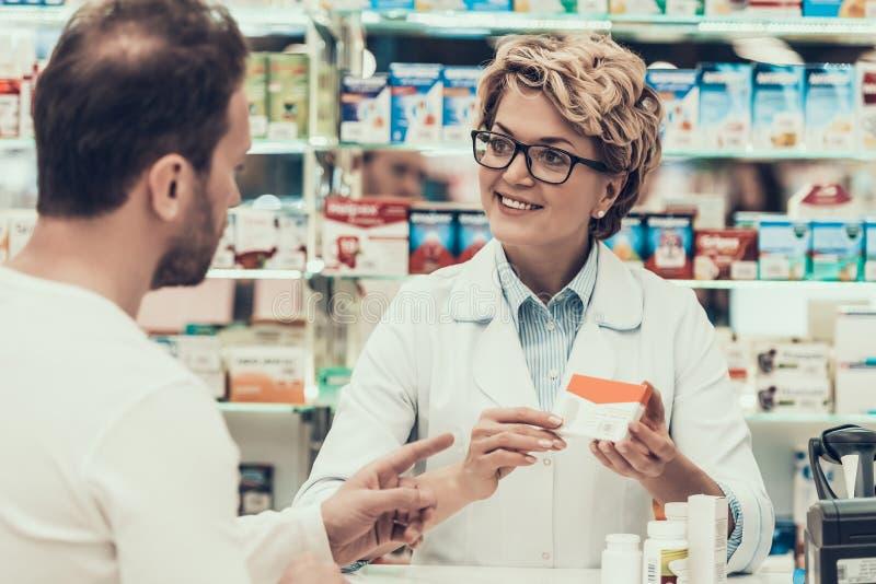 Πορτρέτο του συμβουλευτικού πελάτη φαρμακοποιών γυναικών στοκ εικόνα με δικαίωμα ελεύθερης χρήσης