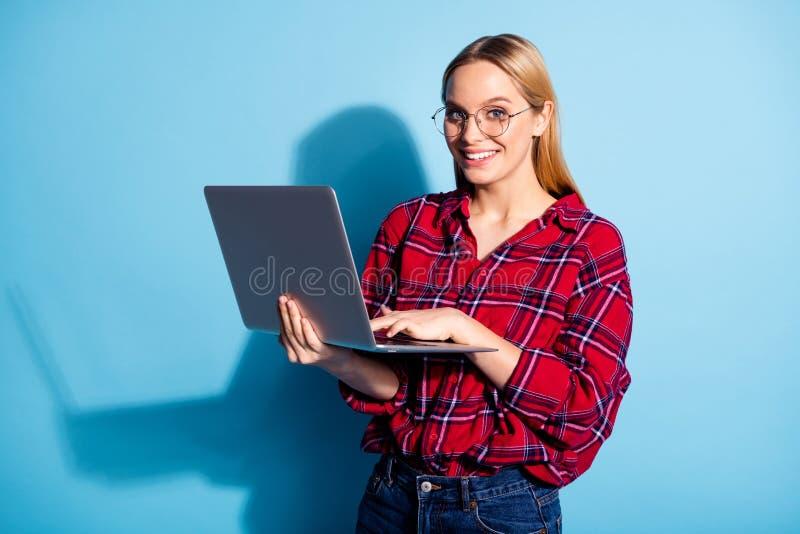 Πορτρέτο του συμπαθητικού γοητευτικού χαριτωμένου ελκυστικού χαριτωμένου εύθυμου χαρωπού κοριτσιού εφήβων που φορά την ελεγχμένη  στοκ φωτογραφία