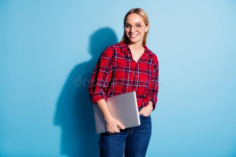Πορτρέτο του συμπαθητικού γοητευτικού χαριτωμένου ελκυστικού χαριτωμένου εύθυμου χαρωπού κοριτσιού εφήβων που φορά το ελεγχμένο φ στοκ φωτογραφία