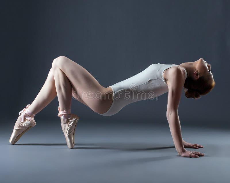 Πορτρέτο του συναισθηματικού χαριτωμένου χορευτή στα pointes στοκ φωτογραφία