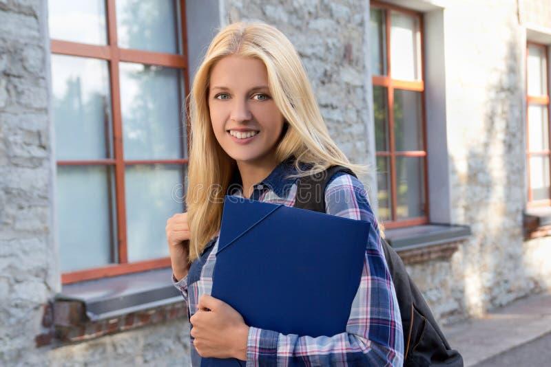 Πορτρέτο του σχολικού κοριτσιού στην πανεπιστημιούπολη κολλεγίων στοκ φωτογραφίες
