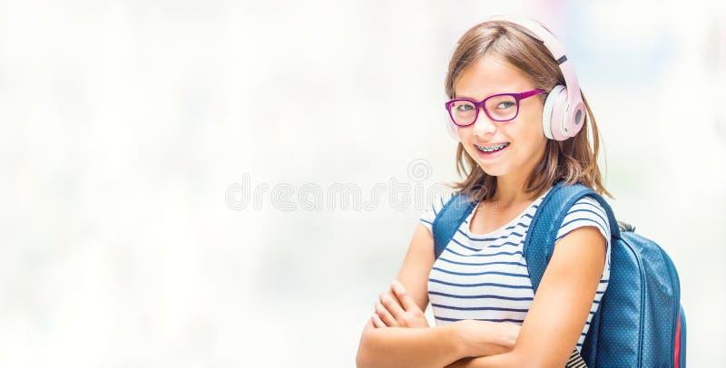 Πορτρέτο του σύγχρονου ευτυχούς σχολικού κοριτσιού εφήβων με το οδοντικό gla στηριγμάτων στοκ εικόνες με δικαίωμα ελεύθερης χρήσης