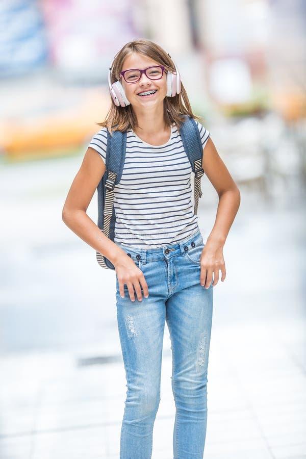 Πορτρέτο του σύγχρονου ευτυχούς σχολικού κοριτσιού εφήβων με το οδοντικό gla στηριγμάτων στοκ φωτογραφία