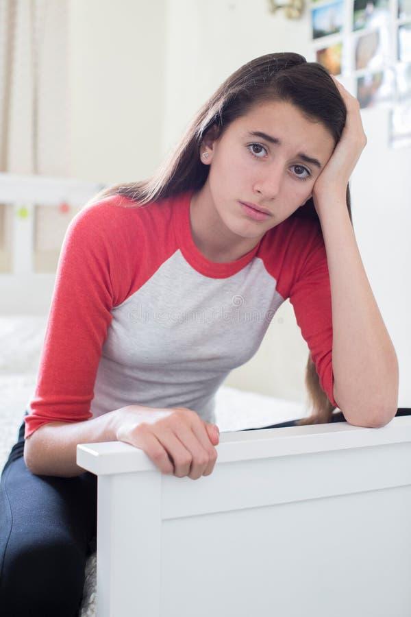Πορτρέτο του τονισμένου έφηβη στην κρεβατοκάμαρα στοκ φωτογραφία με δικαίωμα ελεύθερης χρήσης